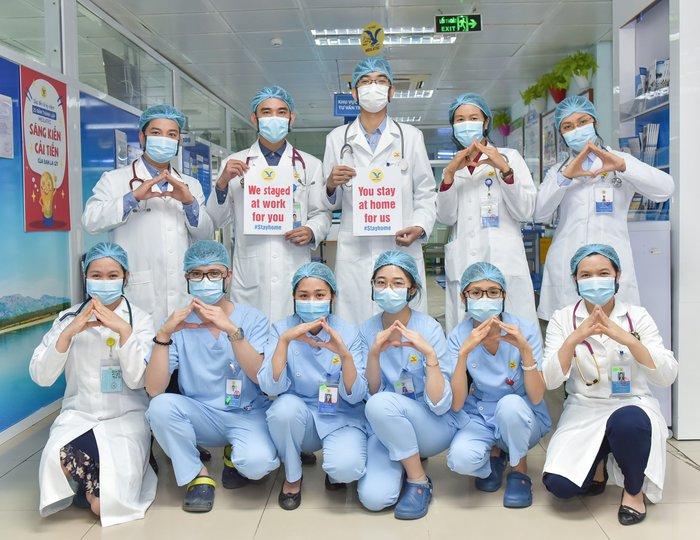Những hình ảnh truyền cảm hứng của đội ngũ y tế mọi miền giữa tâm dịch Covid-19 - Ảnh 1.