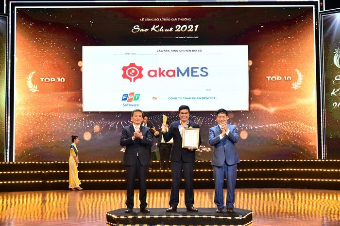 ông Nguyễn Đức Hiển - Giám đốc Phát triển kinh doanh akaMES (đứng giữa)  nhận giải Top 10 Sao Khuê 2021.