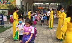 Học sinh Mầm non, Tiểu học ngày đầu đi học lại: Thầy cô ân cần đứng chờ tận cổng, nhạc tưng bừng chào đón các em