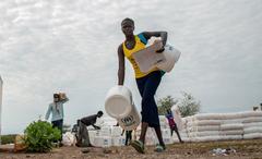 WHO, UNHCR tích cực hỗ trợ y tế cho người di cư trong đại dịch Covid-19