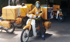 Những bưu tá thầm lặng trong vùng tâm dịch Covid-19 tại Đà Nẵng