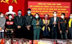 Thứ trưởng Bộ Thông tin và Truyền thông Phạm Anh Tuấn thăm, tặng quà các hộ nghèo huyện Yên Bình